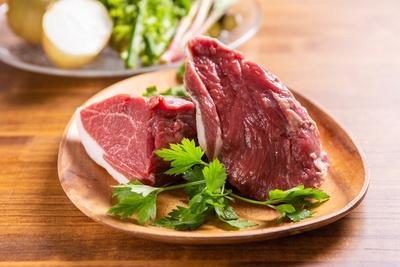 同牧場で飼育されたラム肉のほか、取材当日には直径3cm以上の富良野産極太アスパラも