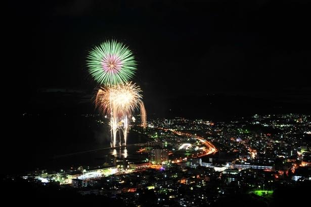 第40回名護夏まつり / 最大1尺玉の新作花火やスターマインを近距離で打ち上げ