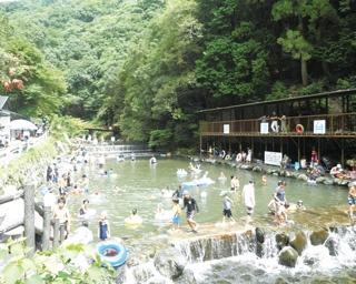 澄み切った清流で、年齢や体力に合わせて自由に川遊びが楽しめる/馬瀬川
