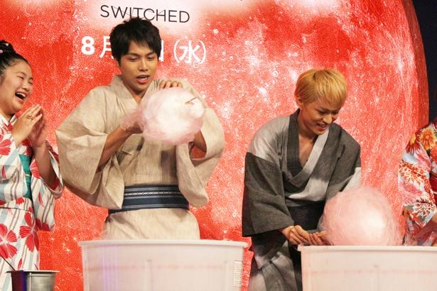 【写真を見る】必死に綿菓子をつくる重岡&神山。不格好な綿菓子に「これも芸術!」と重岡がちょける!