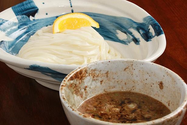 温かいつけだれに、ツルツルの冷たい麺かモチモチの温かい麺を選べる「とりおろしうどん」(630円)