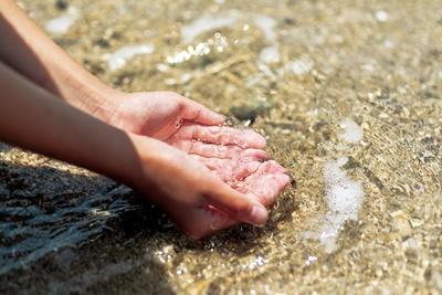 水をすくうと透明度の高さがよくわかる