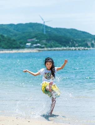 【写真を見る】整備が行き届いた砂浜にはゴミも少なく、浅瀬をはだしで走り回ったり、水のかけ合いっこをしたりと海を堪能
