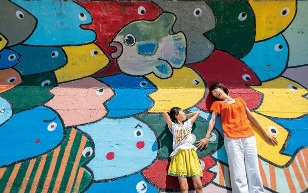 地元の小学生たちが防波堤に描いたカラフルでかわいいお魚がインスタ映えと大好評