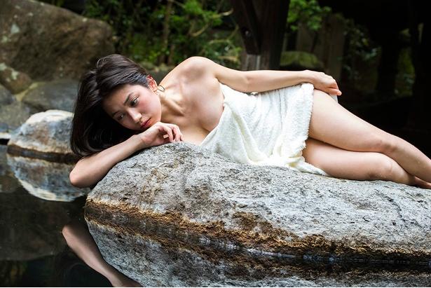 岩の上で横たわるあいり