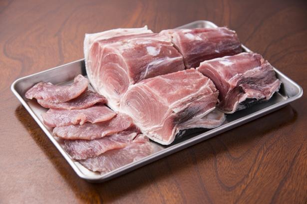 三崎マグロカレーで使用しているマグロのテールとホホ肉。鮮度のよさがポイント