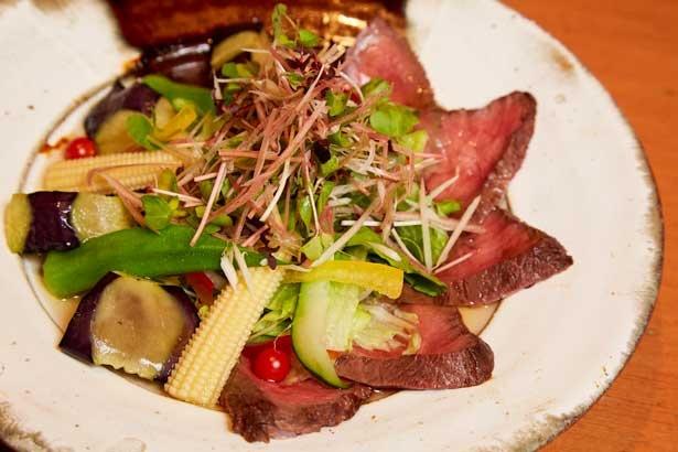 「和牛ローストビーフと丸茄子のサラダ仕立て」1296円。月替わりメニューの一例