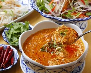 タイ風担々麺として人気の「ミー・ガティ」(1,000円)。ココナッツミルクなどの甘さと、カレーペーストや唐辛子などの辛さが効いた甘辛カレー