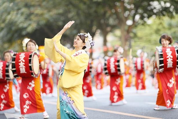 パレードの先頭ではミスさんさ踊りが華麗な踊りを見せる
