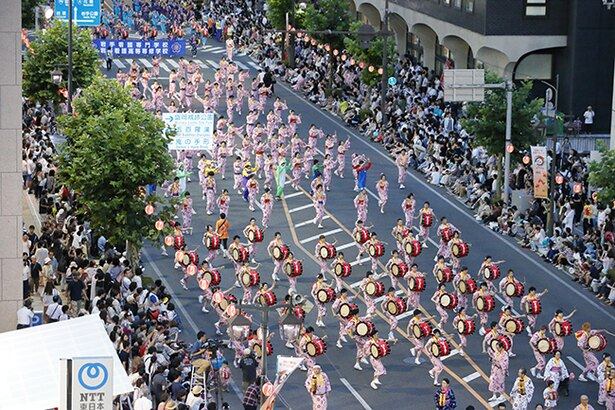 【写真を見る】4日間で3万人以上が参加する大規模な祭りだ