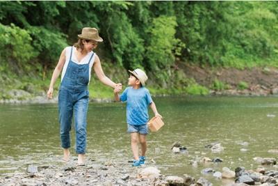 ジャブジャブと川遊び、魚のつかみ取り体験も/花背リゾート 山村都市交流の森