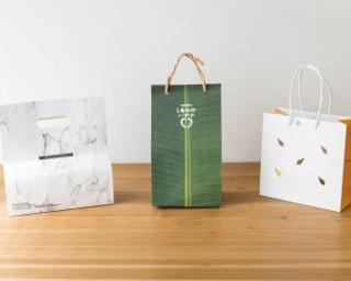 紙袋マイスターの加茂伸洋さん。小学生の頃から紙袋を収集する紙袋マニア&紙袋専門デザイナーで、紙袋メーカー「berryB Bag」にて企業の紙袋のデザインやアドバイスを担当している
