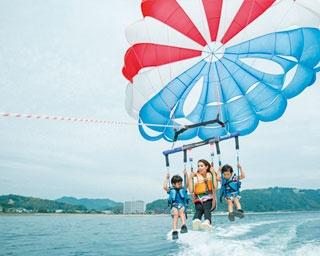 淡路島「SEA MOON RESORT」で海も空も体験できる爽快なパラセーリングを