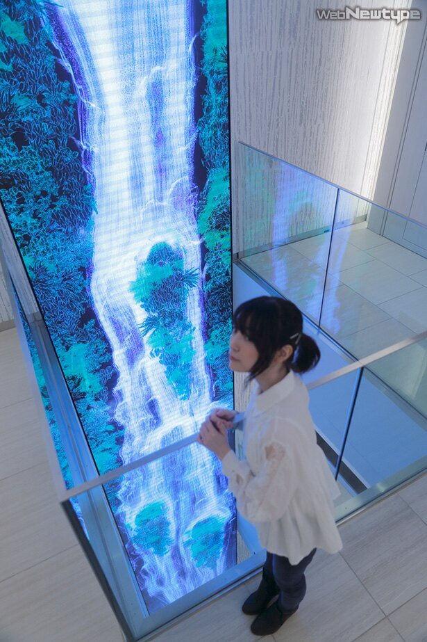 上田麗奈フォトコラム・ピカピカの人工物と緑の木々をつなぐ色