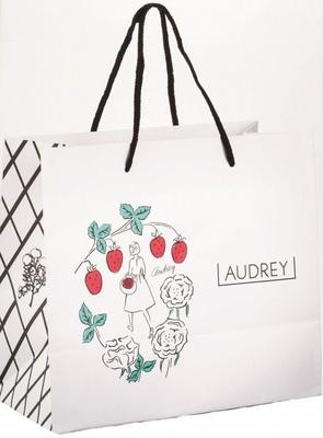 【写真を見る】デザイン性の高さでも人気を集める「AUDREY」の紙袋