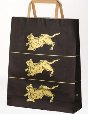 高級感のある黒に金のトラをデザインした、歴史ある和菓子店「とらや」の紙袋