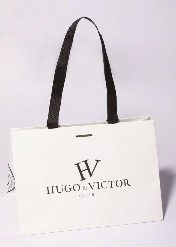 パリ発祥のパティスリー「HUGO&VICTOR」の紙袋はモノトーンなので着る服を選ばない