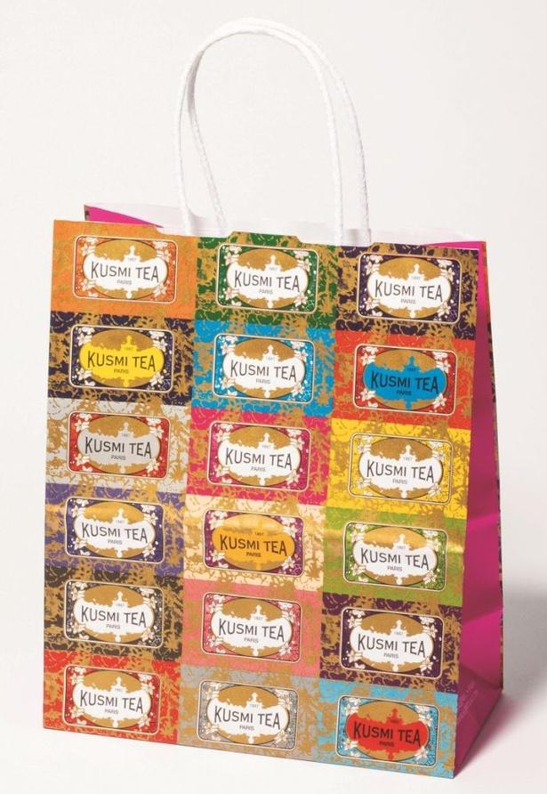 フランスを代表するプレミアムティーメゾン「クスミティー」の紙袋は、ラベルを並べて全面に柄が入ったデザインが特徴