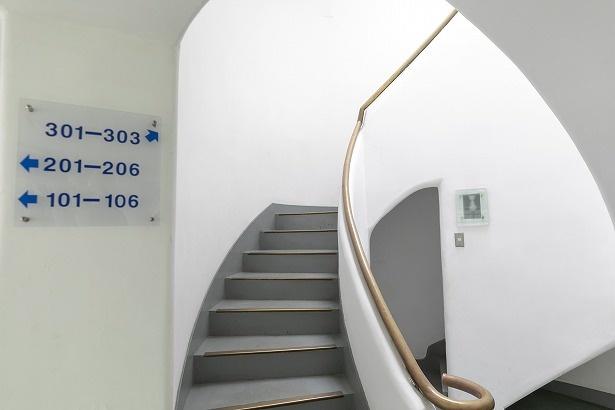 【写真を見る】入り口が2つある二重らせん階段。フランスのシャンボール城などで見られる建築技法だ