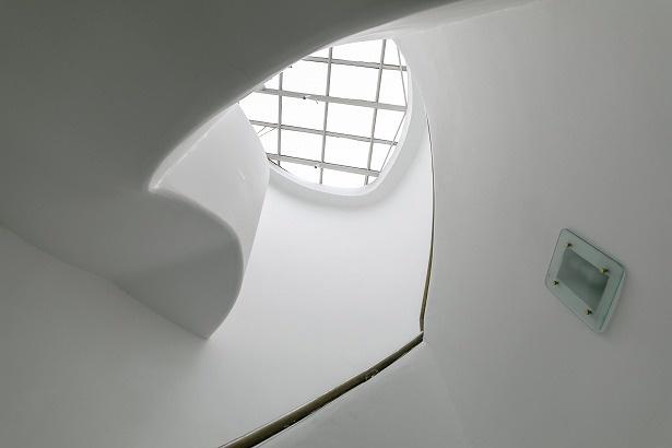 天井から降り注ぐ光が、柔らかく塔の中を照らす