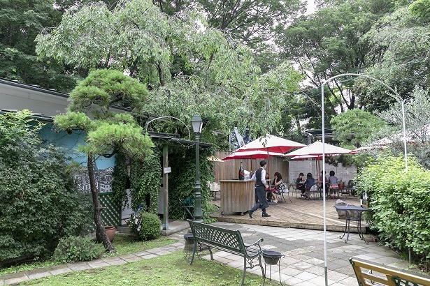 緑あふれる中庭にあるフレンチレストラン「LA BRASSERIE(ラ・ブラスリー)」。天気のよい日は開放的なテラス席で食事を満喫