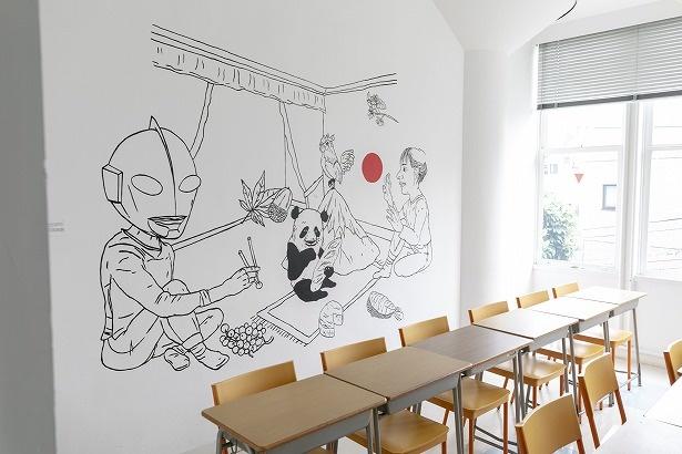 教室の壁にはフランスのアーティストたちの作品が。写真はイザベル・ボワノの作品。日仏2つの文化交流を表現している