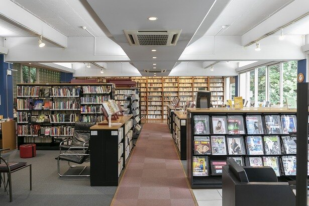 約2万4000の所蔵数があるメディアテーク(図書館)