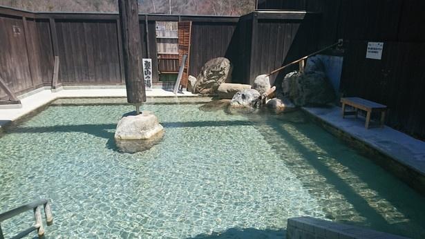 露天風呂のすぐ近くには、錫杖岳がそびえる。ダイナミックな自然を感じながらゆっくり湯浴みできる