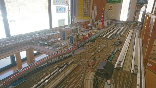 大きな鉄道ジオラマが置かれた休憩所。200円で10分間、鉄道を運転することも可能だ