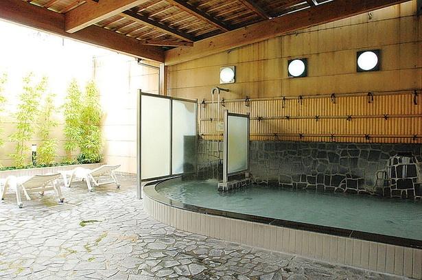 毎月異なった湯が登場。季節の香り湯などが楽しめる露天風呂