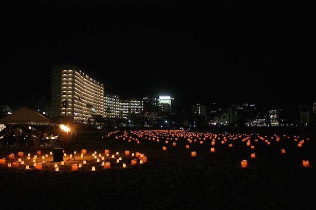 【写真一覧】夜の白良浜にキャンドルをともす幻想的なイベント