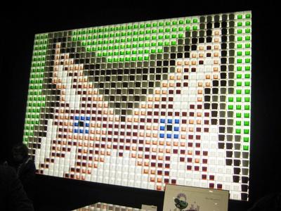 864個のガラス、キャンドルホルダーで造られた「taika」のフクロウ