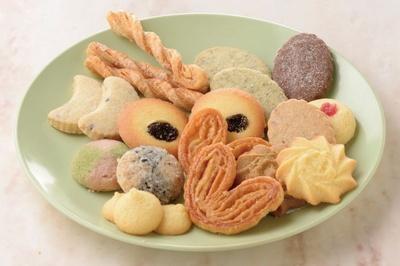 形や味もそれぞれ変えた14種を詰め合わせた東京會舘の「プティガトー30」(82枚入り 3240円)