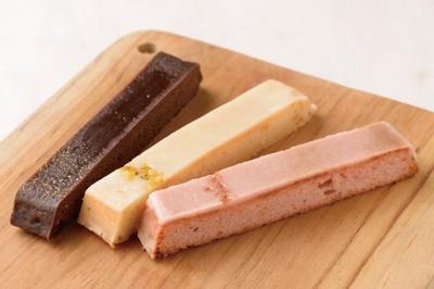 「CAKE XOCOLATA 12 BOX」(12本入り 3888円)はもちっとしたチョコレートようかんでケーキをコーティングしたユニークな一品