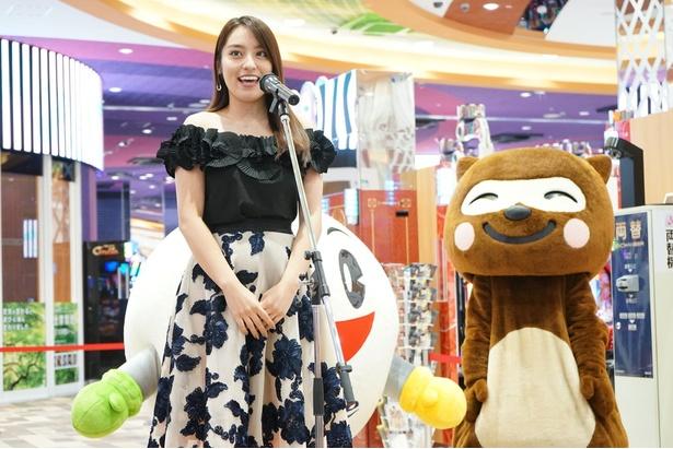 内覧会ではイメージキャラクターを務めるモデルの鍋谷真子さんも登壇した/天然温泉アーバンクア