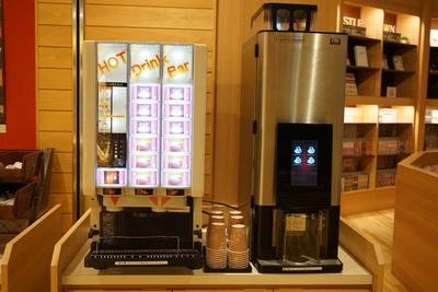 館内の各所にホットコ―ヒー、ホットティーコーナーが設置。無料で飲める天然温泉アーバンクア・温活リビングゾーン