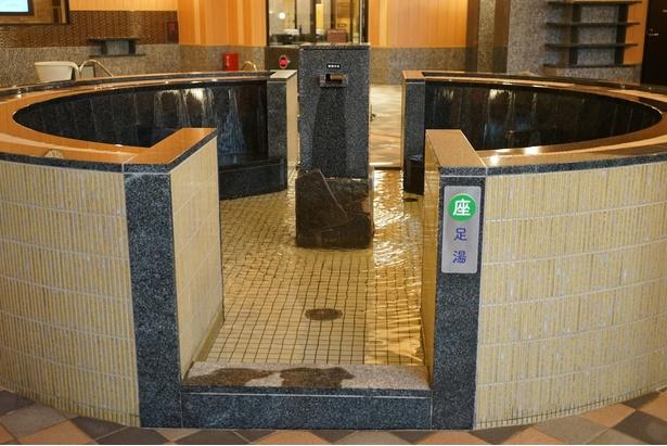 大浴場中央に設置された足湯/天然温泉アーバンクア・大浴場