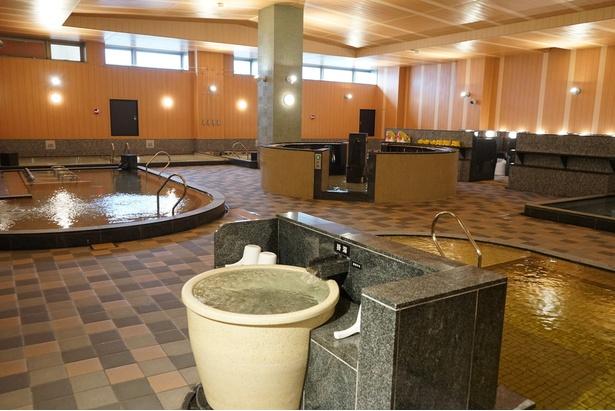 大浴場には11の風呂と2つのサウナがある/天然温泉アーバンクア
