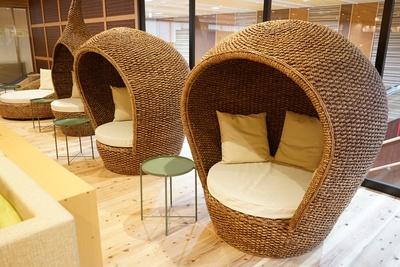 天然温泉アーバンクア・温活リビングゾーンにはオシャレな家具もある