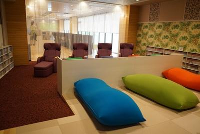 女性専用レストエリアの奥にはポップカラーの椅子やビーズクッションなどがある/天然温泉アーバンクア・温活リビングゾーン