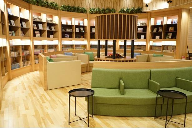 館内には自然を基調とした居心地のいい空間が広がる/天然温泉アーバンクア・温活リビングゾーン