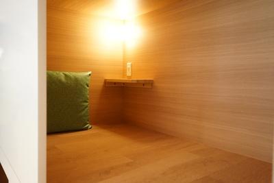 各小部屋にはライトが設置されているので、雑誌を読むにも便利/天然温泉アーバンクア・温活リビングゾーン