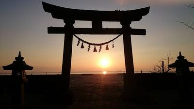 海岸沿いに遊歩道を整備。海を横目に散策もできるほか、石碑や神社などのスポットも点在。夕景もキレイ