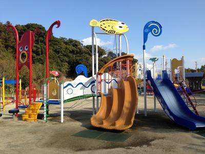 滑り台などを備えた遊具は、子どもに人気