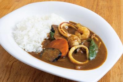 【写真を見る】「シーフードカレー」(750円)。ご主人が営む広島風お好み焼きと魚介類は共用、おおぶりで食べ応え十分!