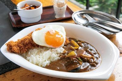 「カツカレー」(野菜と目玉焼きのトッピング、1,000円)