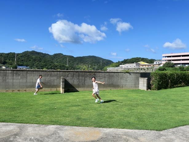 敷地内にある芝生広場で走り回って遊ぼう!