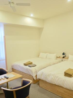 4人用の客室は天井が高く、ベッドもクイーンサイズで子供と寝ても広々!