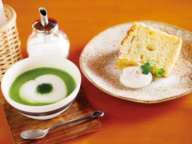 月替りのシフォンケーキ(右、460円)、香り高い抹茶ミルク(左、700円)/茂庵