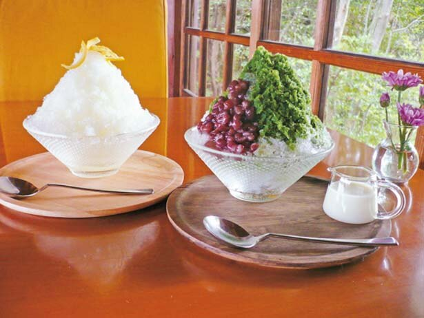 かき氷は5月から提供。宇治金時(右、850円)、柚子(左、750円)など/茂庵